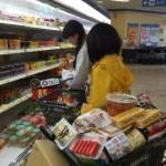 近所のスーパーマーケットでお買い物中。